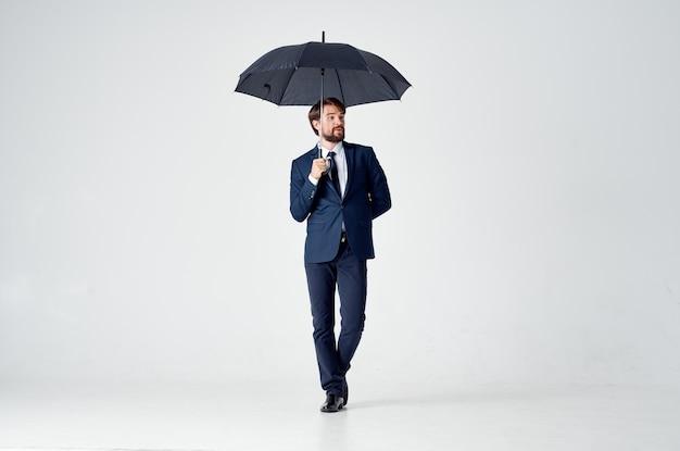 スーツ傘頭上保護のビジネスマン