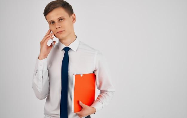 ネクタイの公式マネージャーのコミュニケーションとスーツを着たビジネスマン。高品質の写真