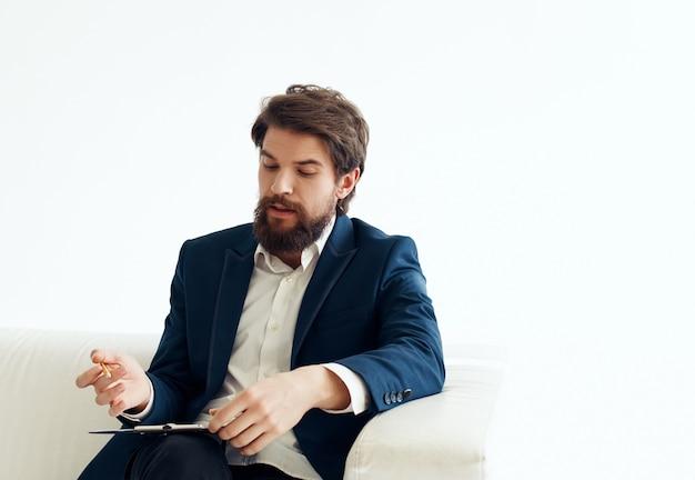 スーツを着たビジネスマンは、フォルダに作業文書を書き込みます