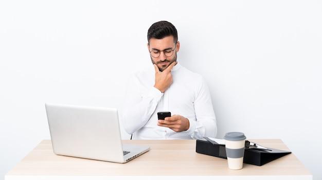 ノートパソコンで職場でのビジネスの男性