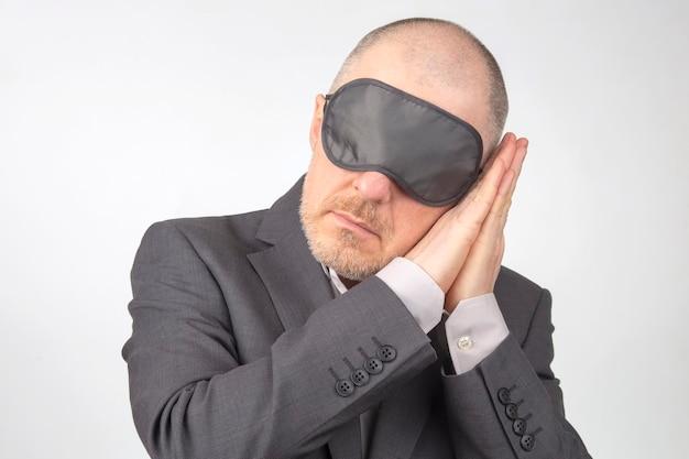 Деловой человек с завязанными глазами для сна с поднятыми руками для отдыха