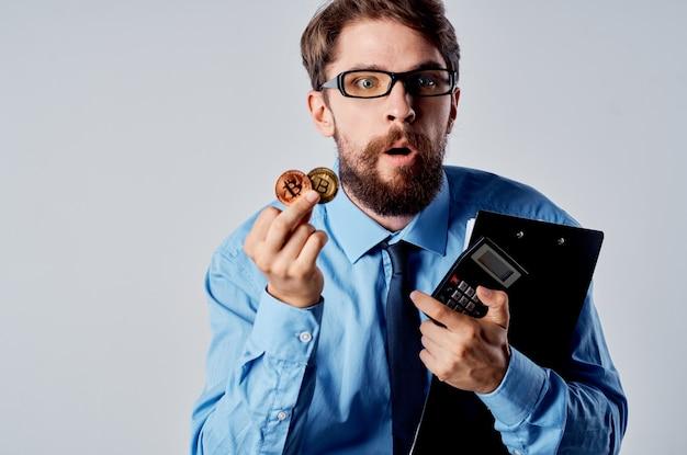 Деловой человек в синей рубашке, криптовалюта, биткойн, экономика, инвестиции
