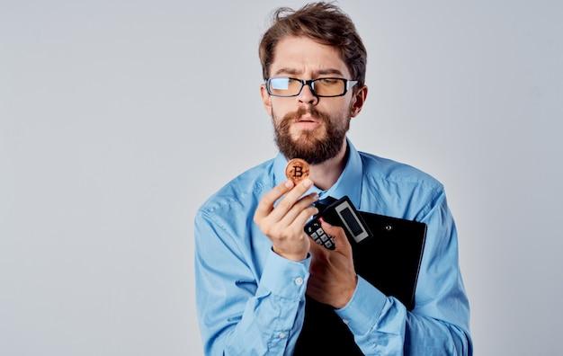 Деловой человек в синей рубашке криптовалюты биткойн технологии виртуальных денег