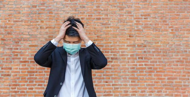 Деловой человек в беде потери рабочих мест из-за пандемии вируса covid-19