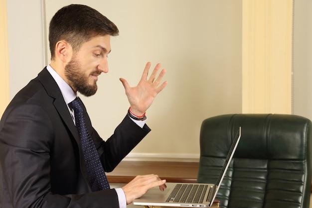 노트북으로 작업 할 때 감정에 비지니스 맨