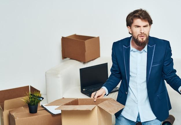 ラップトップ技術の公式パッキングを動かすものとオフィススーツボックスのビジネスマン
