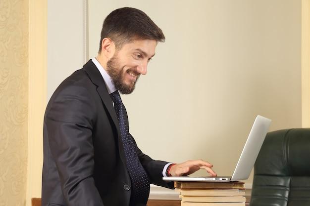 노트북을 사용하는 사무실에서 사업가