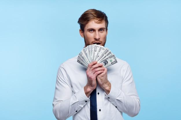 お金の金融富のネクタイバンドルとシャツのビジネスマン