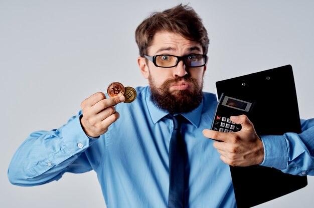Деловой человек в рубашке с галстуком, криптовалюта, биткойн, финансы