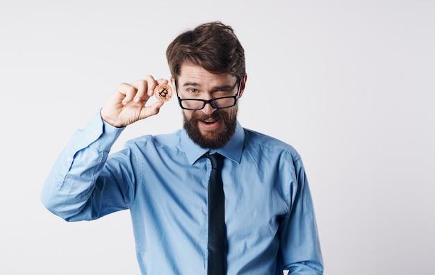 Деловой человек в рубашке с галстуком интернет-технологии платежной системы электронных финансов. фото высокого качества