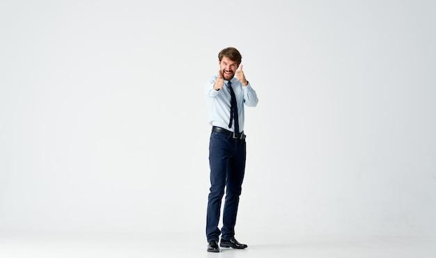 ネクタイ感情運動ポーズスタジオとシャツのビジネスマン
