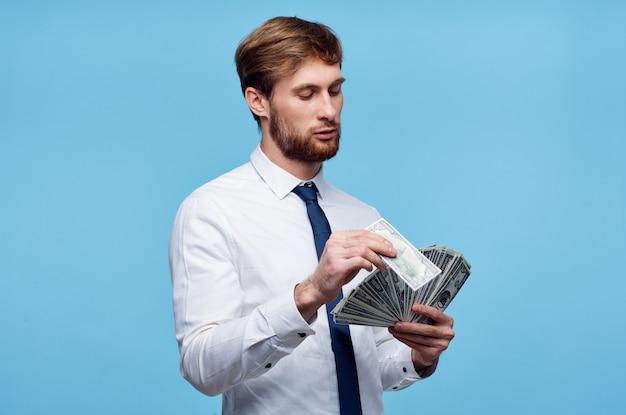 ネクタイマネーファイナンスとシャツのビジネスマン