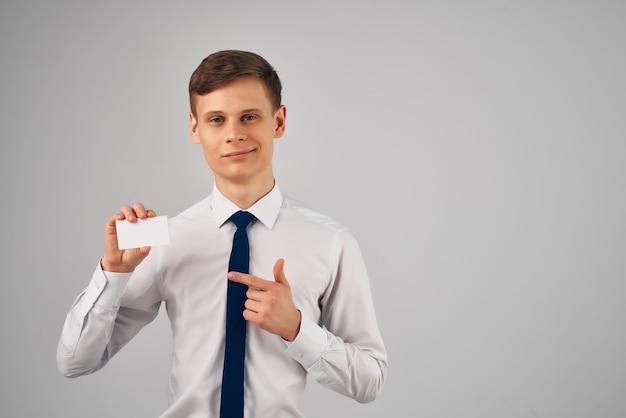 手にネクタイオフィスワーク名刺とシャツのビジネスマン