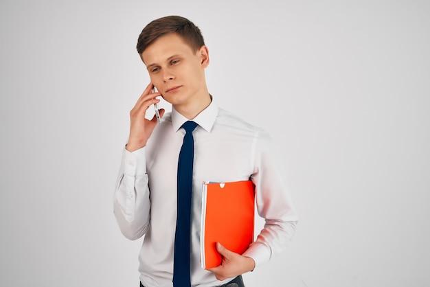 ネクタイ専門のオフィス通信技術とシャツのビジネスマン