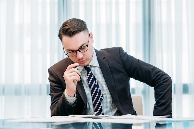 Деловой человек в умном костюме, работающий в офисе