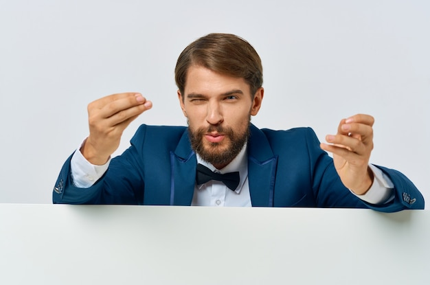Деловой человек в костюме, рекламирующий исполнительную копию пространства крупным планом