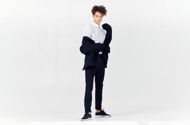 비즈니스 남자 양복과 곱슬 머리 감정 빛 패션