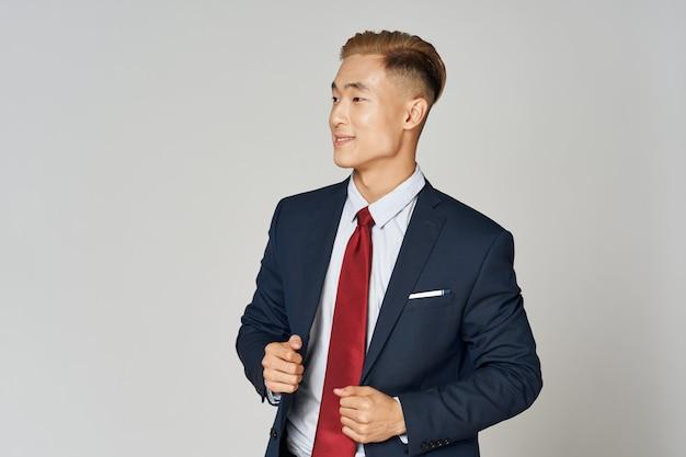 Деловой человек в костюме и красном галстуке
