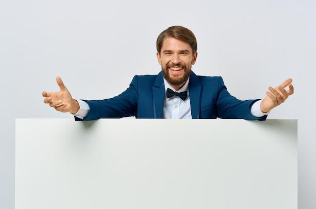 スーツの蝶ネクタイプレゼンテーション白いバナーのクローズアップのビジネスマン