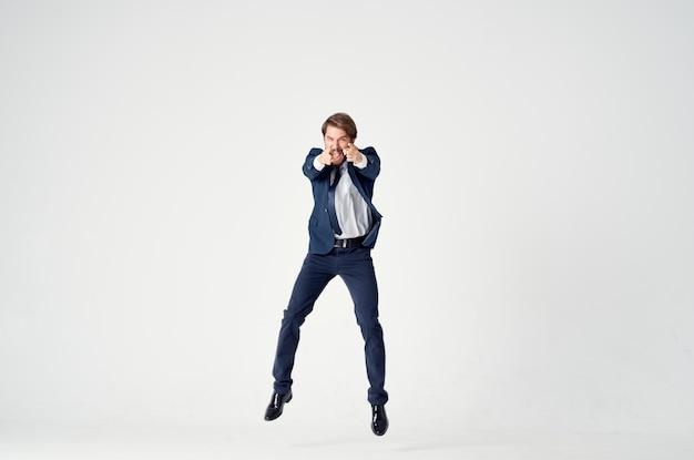 スーツの感情のビジネスマンは喜びをジャンプします