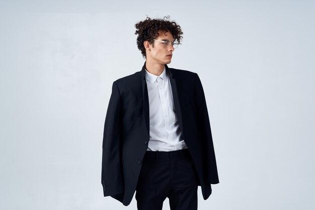 Деловой человек в костюме очки вьющиеся волосы студия моды