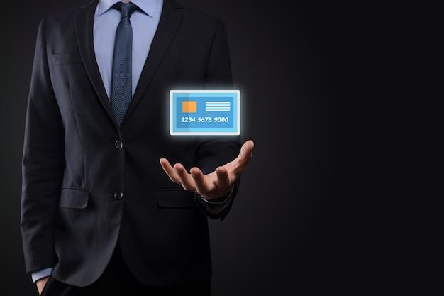Деловой человек в костюме рука держит пустой значок кредитной карты, показывающий для концепции банковского и финансового обслуживания
