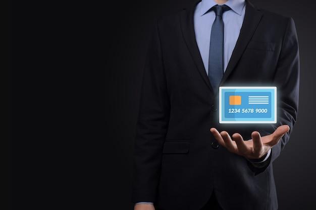 개념 은행 및 금융 서비스에 대 한 보여주는 빈 신용 카드 아이콘을 들고 양복 손에 비즈니스 사람.