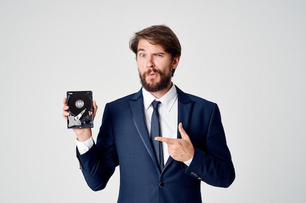 Деловой человек в костюме для восстановления данных на жестком диске