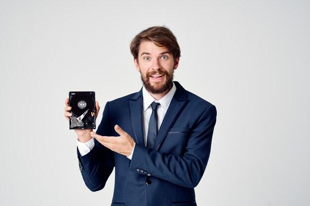Деловой человек в костюме с технологической информацией о жестких дисках