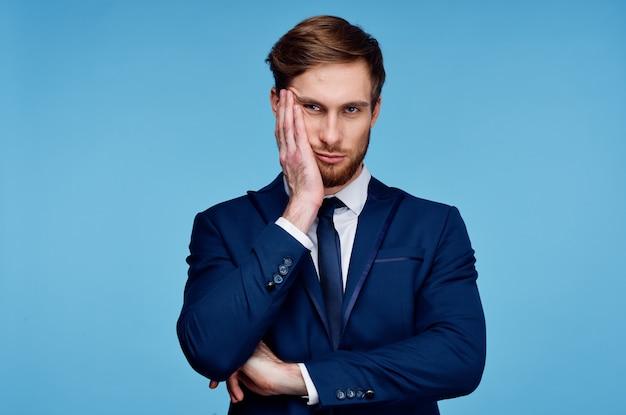 青の背景にスーツを着たビジネスマン