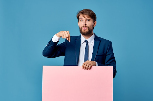 정장 핑크 빈 모형 광고 복사 공간 파란색 배경에서 비즈니스 남자