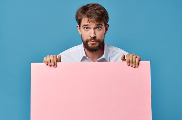 Деловой человек в костюме розового макета обрезанный вид изолированной рекламы