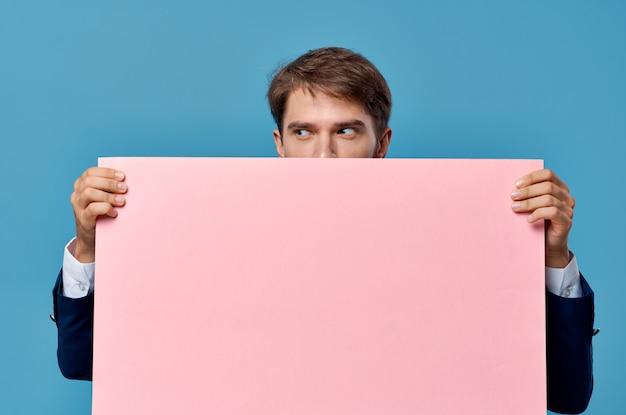 スーツのビジネスマンピンクのモックアップクロップドビュー孤立した背景広告