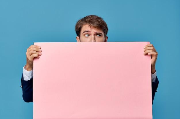 Деловой человек в костюме розового макета обрезанный вид изолированной настенной рекламы.