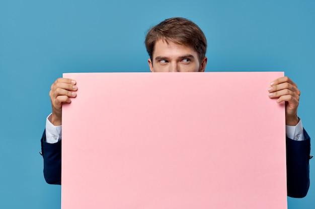 Деловой человек в костюме розовый макет обрезанный вид изолированные