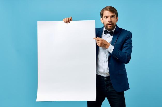 スーツのプレゼンテーションの青い背景のビジネスマン