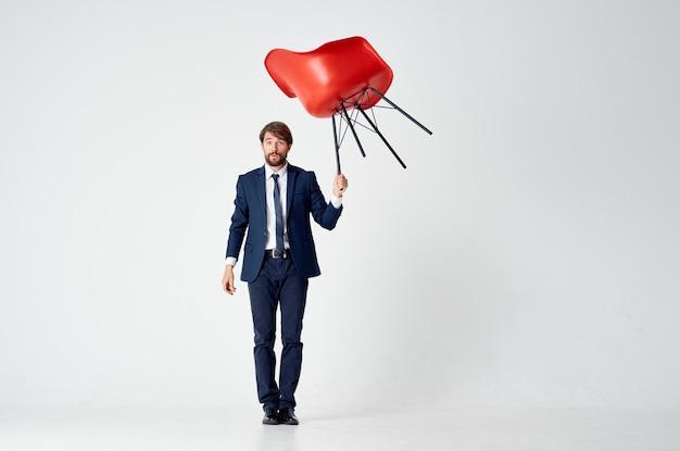 スーツの赤い椅子オーバーヘッド事務のビジネスマン