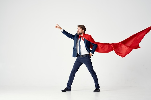 スーツの赤いマントの感情パワースーパーマンのビジネスマン