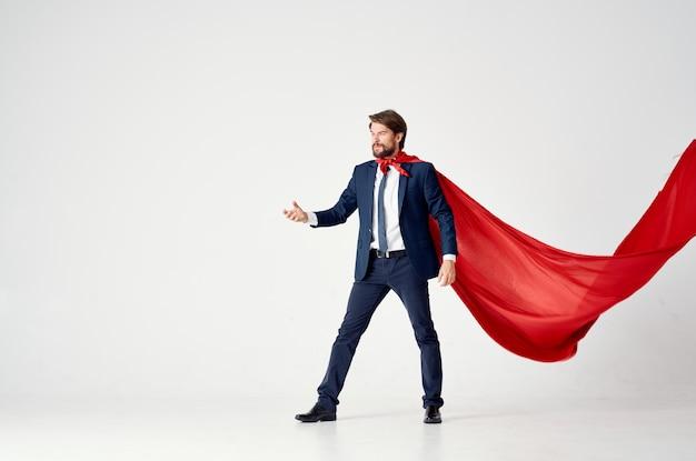 Деловой человек в костюме красный плащ супергероя менеджер светлом фоне