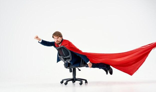 スーツの赤いマントのスーパーヒーローマネージャーオフィスのビジネスマン