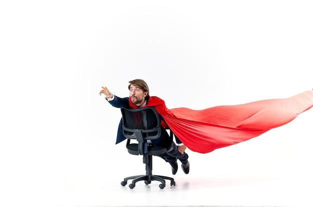 スーツの赤いマントのスーパーヒーローマネージャーのビジネスマン