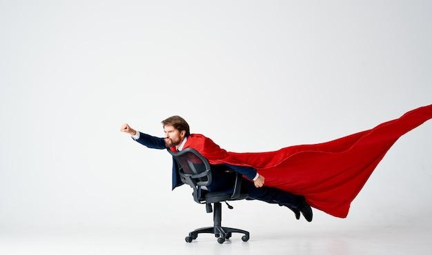 スーツの赤いレインコート旅行技術の専門家のビジネスマン