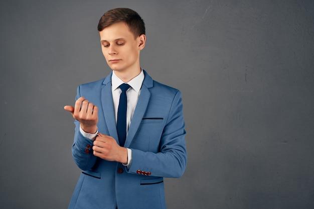スーツのビジネスマン自信マネージャープロのスタジオ