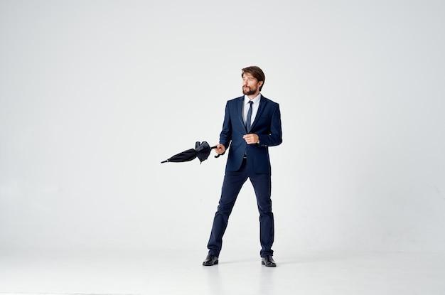 スーツ傘雨よけ天気のビジネスマン