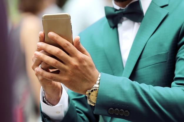 손에 휴대 전화와 소송에서 비즈니스 사람입니다. 미용 및 패션 비즈니스 스타일 남성