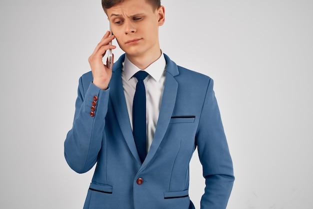 電話通信の公式の明るい背景とスーツのビジネスマン