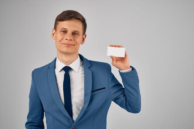 Деловой человек в костюме с галстуком, визитной карточкой, копией пространства, рекламой
