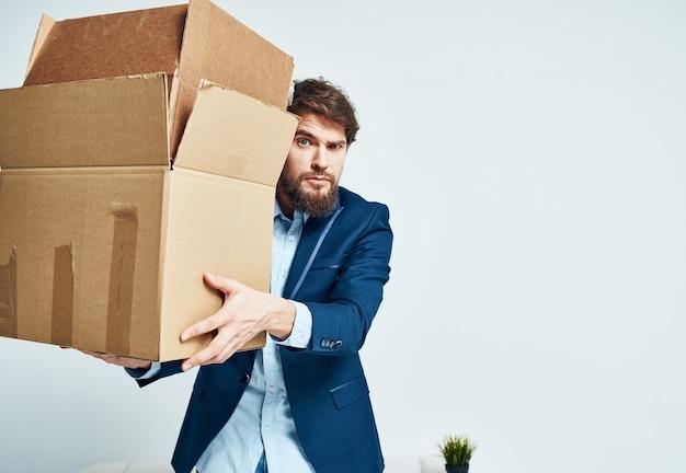 Деловой человек в переезде офисных ящиков