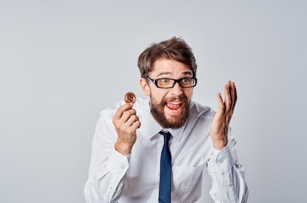 Деловой человек в белой рубашке, криптовалюта, биткойн, финансы