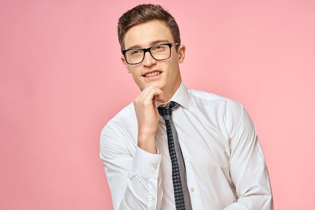 Деловой человек в белой рубашке с галстуком в очках